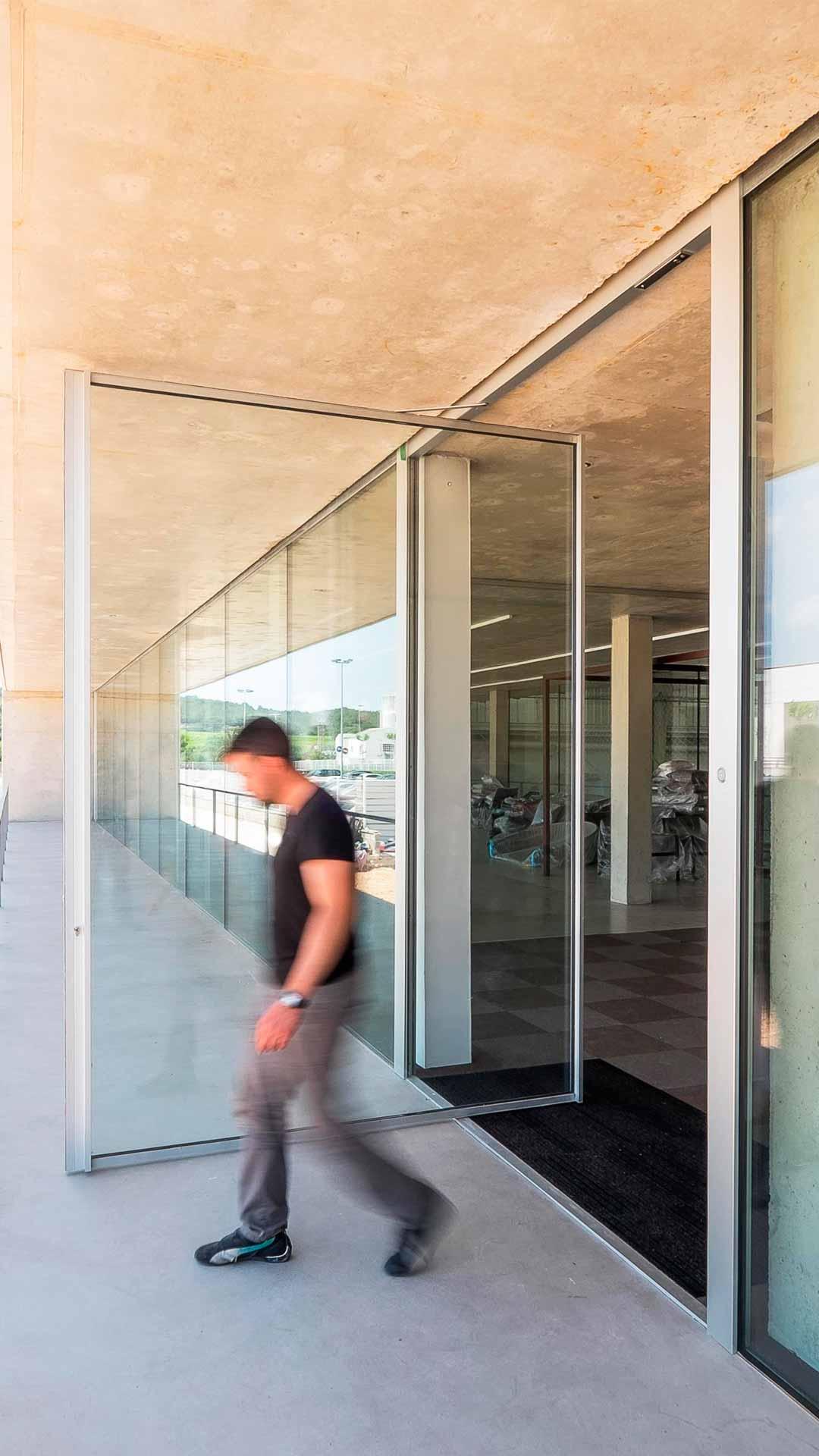 las-mejores-ventanas-minimalista-pivotante-barcelona-creawindows